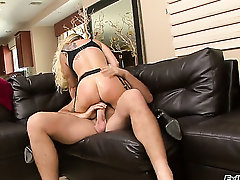 Dyanna Lauren loves giving deep blowjob to Manuel Ferrara